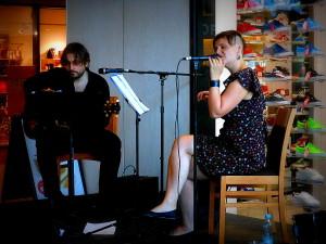 Sylvie Bee(vocal) a Martin Bala(guitar) v Costa Coffee