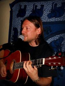 René Souček, písničkář z Fajneho-Mjesta, vystupující společně s Markem Hlostou.