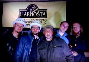 Společná fotografie s vítězi posledního ročníku Líhně  a hlavní hvězdou večera, kapelou Slepí Křováci.