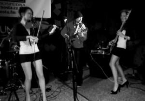I hrající kmotr cd, René Souček, v obležení ženské části frýdecko-místecké kapely Trochu moc.